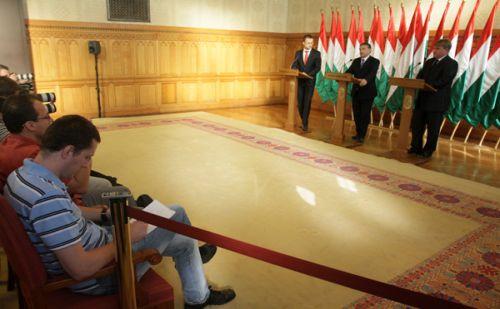 Szíjjártó Péter - miniszterelnöki szóvivő Orbán Viktor - miniszterelnök Szűcs Lajos, a Megyei Önkormányzatok Országos Szövetségének elnöke fotó:fidesz.hu