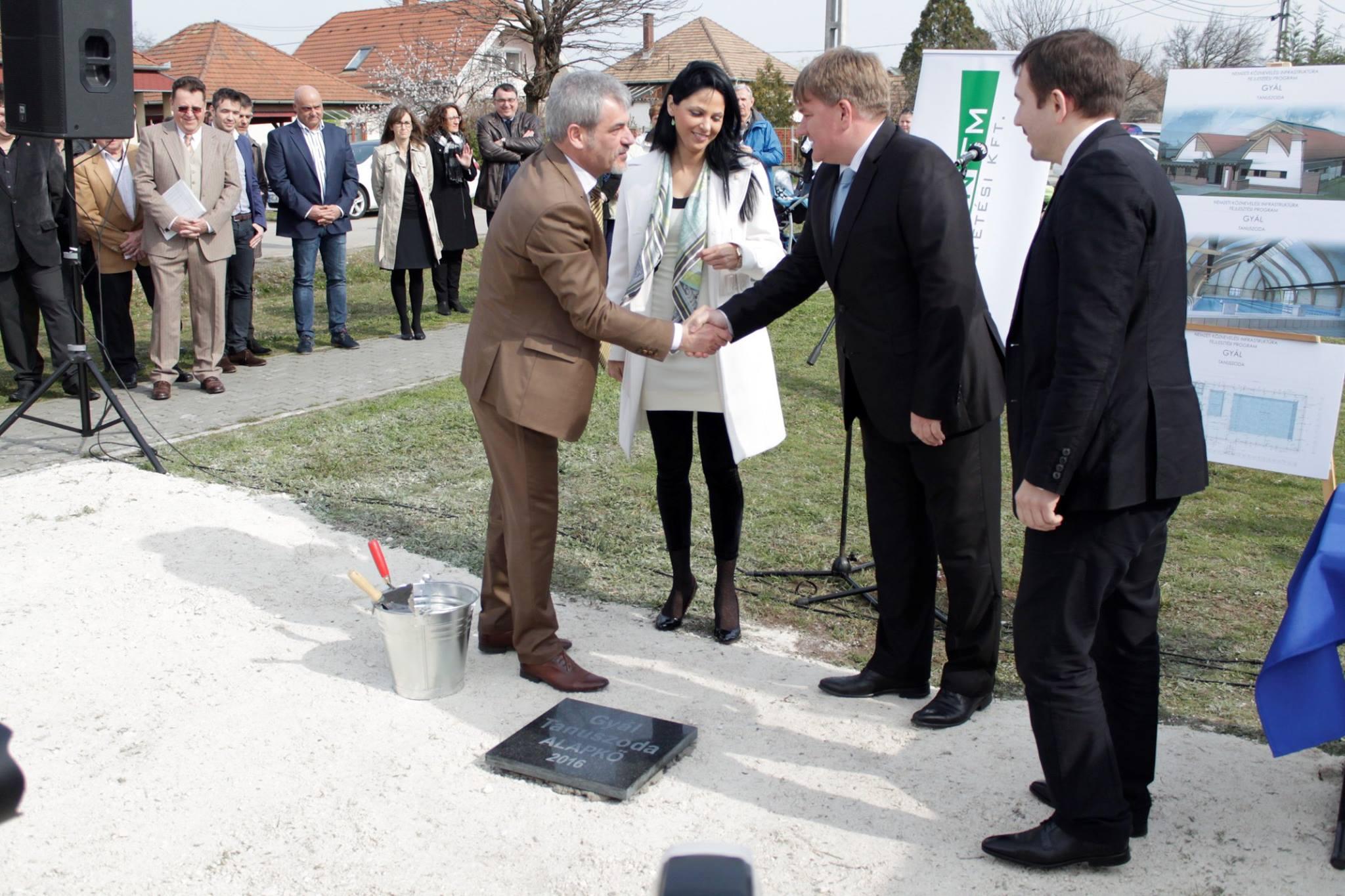 Pápai Mihály polgármesternek gratulál dr. Szűcs Lajos, a város országgyűlési képviselőjének
